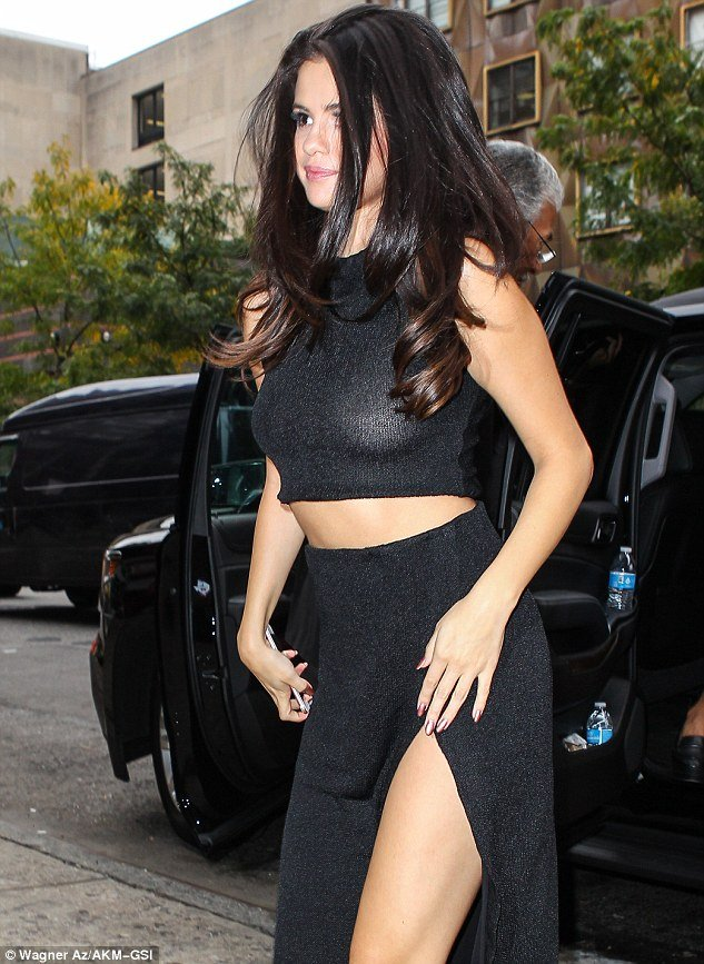 selena-gomez-no-bra-day1