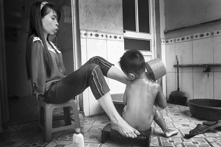 after-the-war-vietnamese-girl-born-without-arms-lives-normal-life-and-takes-care-of-her-nephew