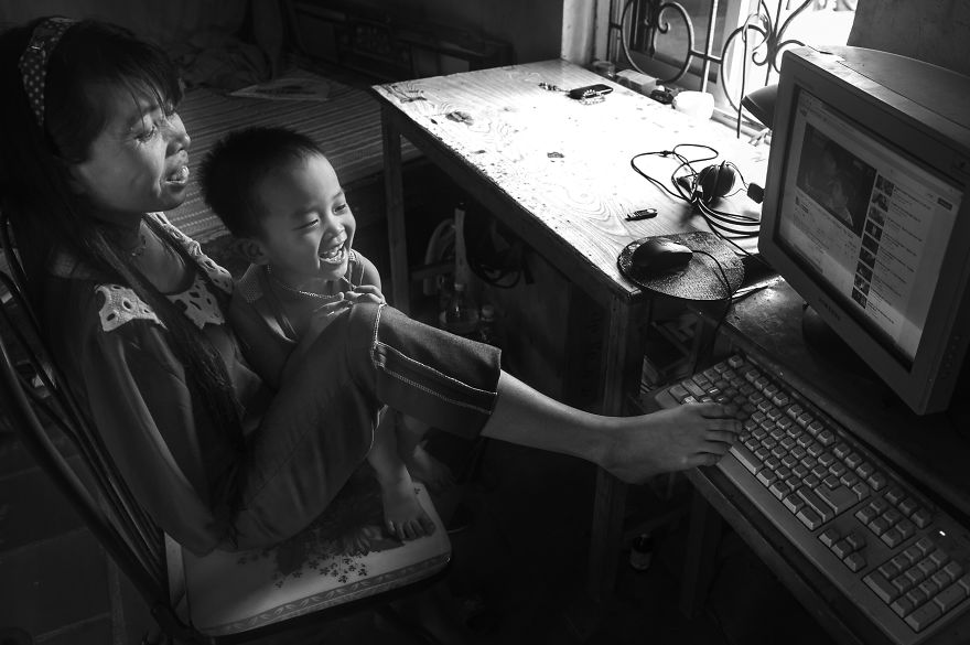 after-the-war-vietnamese-girl-born-without-arms-lives-normal-life-and-takes-care-of-her-nephew11
