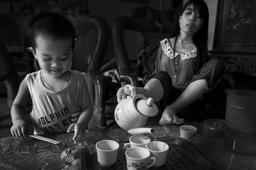 after-the-war-vietnamese-girl-born-without-arms-lives-normal-life-and-takes-care-of-her-nephew25