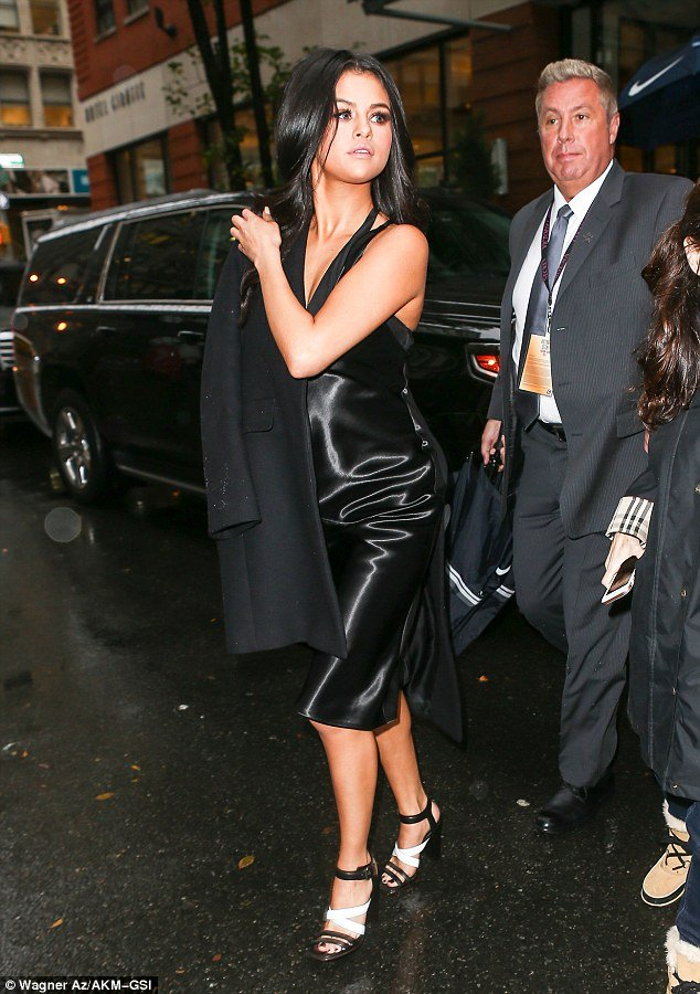 selena-gomez-at-victoria-fashion-show11