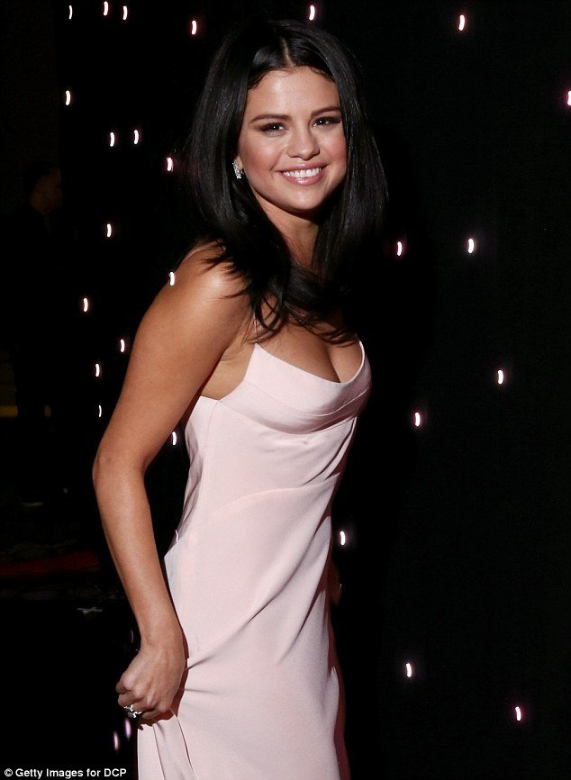 selena-gomez-in-hollywood-film-festival1